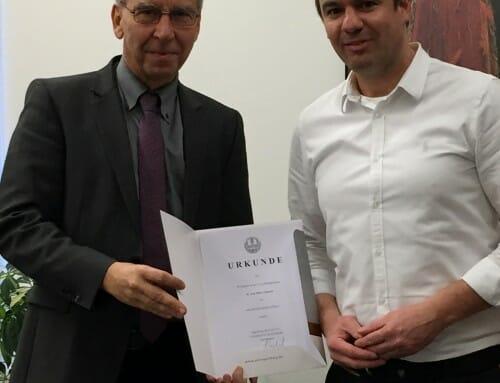 Prof. Dr. Oliver Linhardt erhält Ernennungsurkunde zum Professor